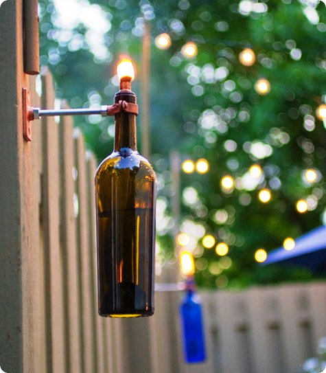 Вставьте бутылку в скобу и зажгите
