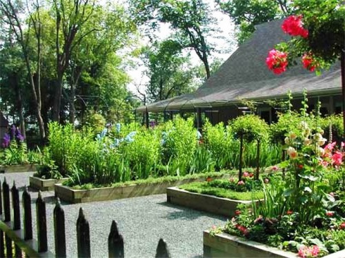 В четвертых посадите овощи и цветы