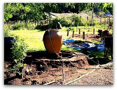 Фонтанчик в саду своими руками без насоса 23