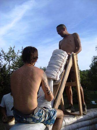 Дом из мешков с землей (8)