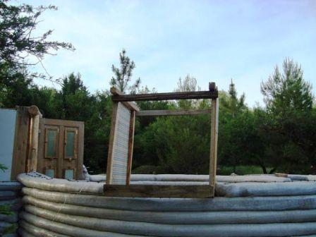Дом из мешков с землей (12)