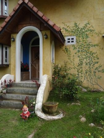 Фото сказочного домика в горах (7)