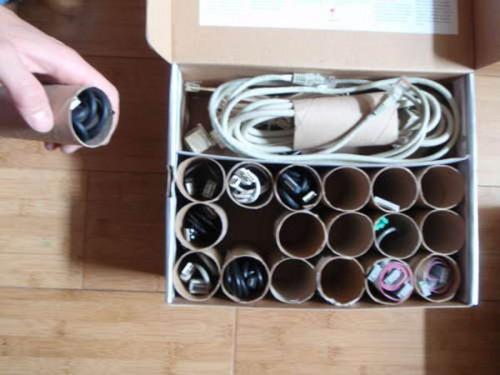 Аккуратно складываем провода и зарядки для телефона с помощью старого рулона от туалетной бумаги
