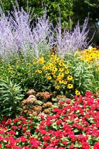 Палисадник своими руками - фото как украсить сад  (15)
